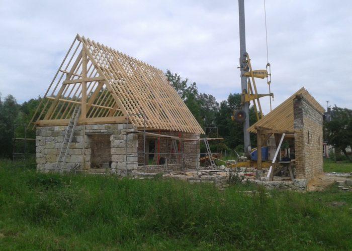 Construction d'un abri et d'une écurie en matériaux anciens