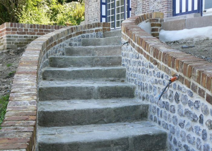Escalier en pierre et brique, joints à la chaux