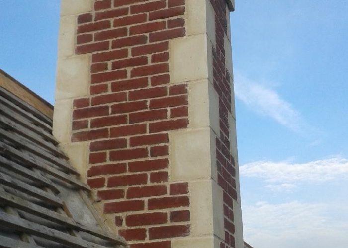 Construction d'une souche de cheminée en briques et pierres